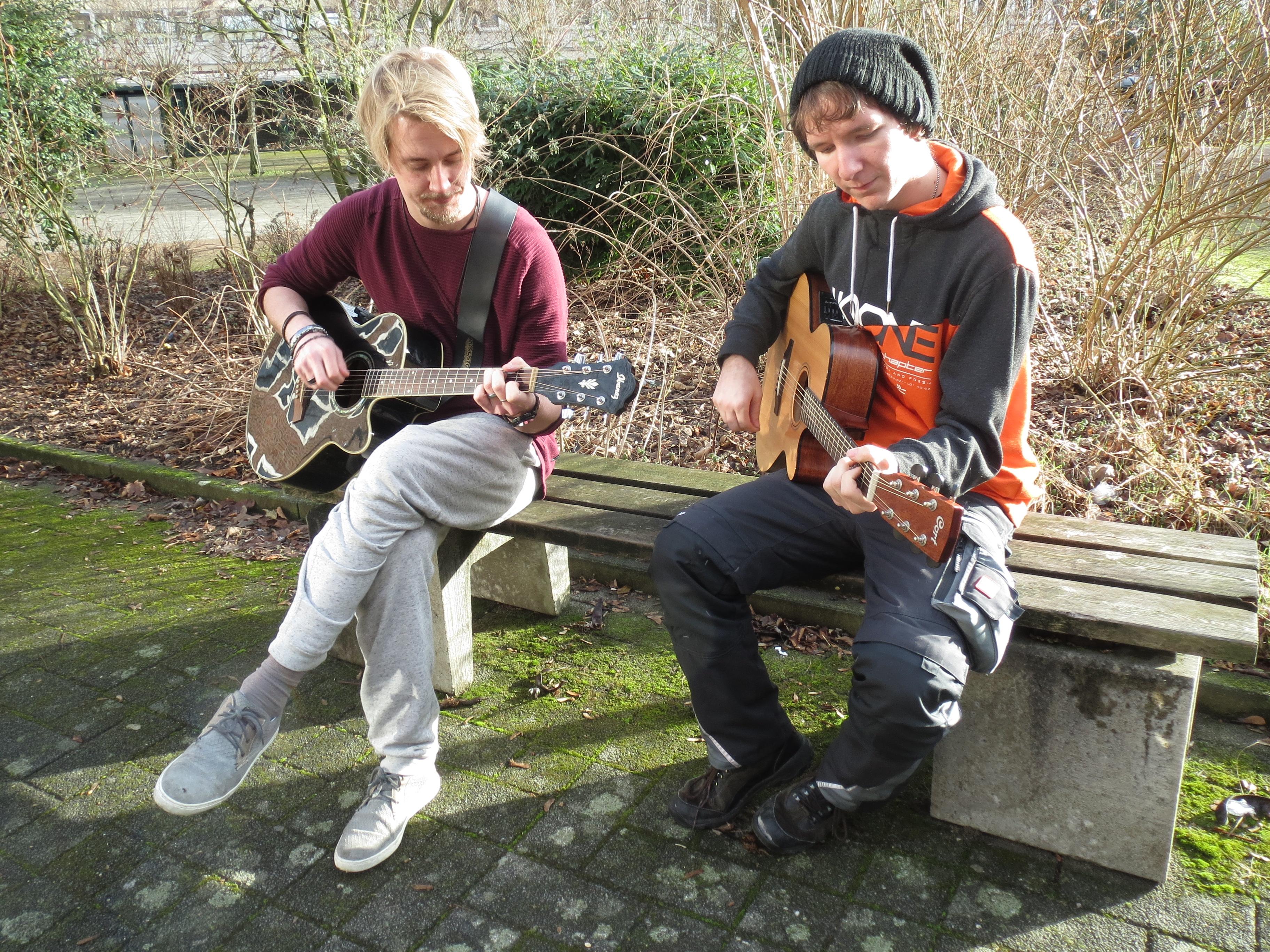 Zwei Teilnehmer der AG Musikproduktion verlagern die Musik auf den Schulhof.